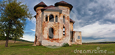 Casa encantada y cielo abandonados viejos en Transilvania con las nubes