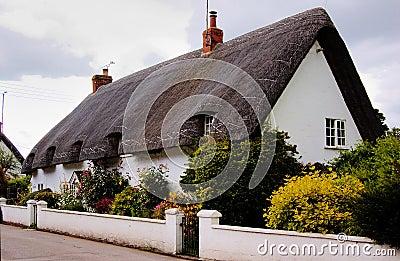 Casa inglesa com telhado da palha