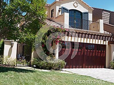 Casa luxuosa com grande frontyard