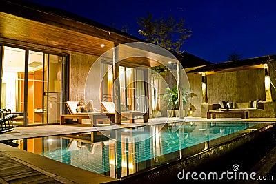 La maison on emaze for Casas modernas con piscina