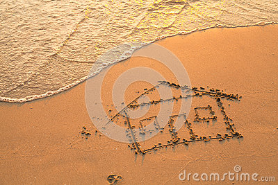 Casa pintada na areia da praia
