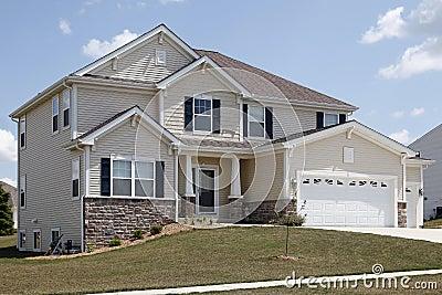 Casa suburbana con il lavoro in pietra