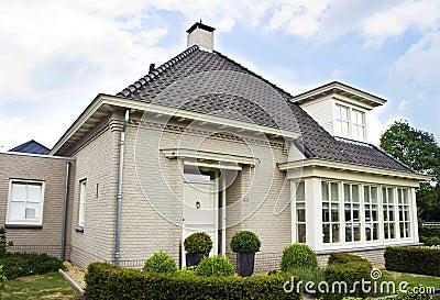 Casa suburbana holandesa im genes de archivo libres de for Casa holandesa moderna