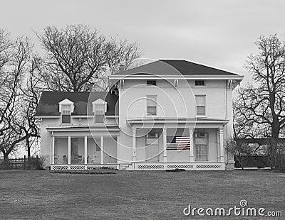 Casa velha da exploração agrícola em preto e branco