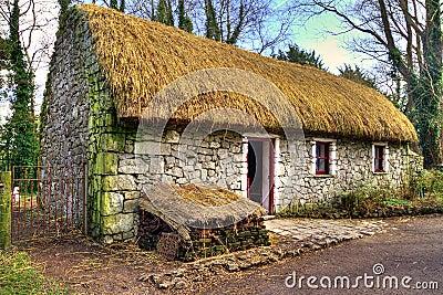Casa vieja de la cabaña en parque de la gente de Bunratty