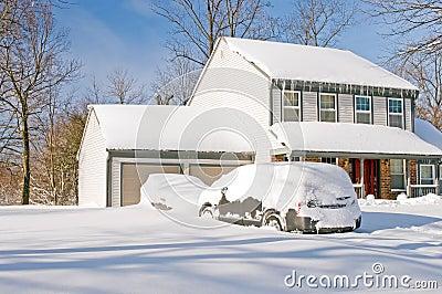 Casa y coches después de la tempestad de nieve
