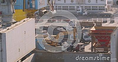Casablanca, Marokko - 15. Oktober 2019: Hafenkran hebt Bagger Krane, die Fracht von einem Schiff an stock footage