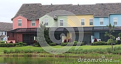 Casas colgantes coloridas con la opinión de la piscina y del lago almacen de metraje de vídeo