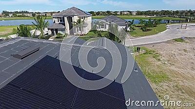 Casas com os painéis da energia solar em telhados, vila suburbian pequena do eco, tiro aéreo em 4k filme