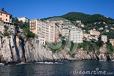 Casas construídas nas rochas que pendem sobre o mar