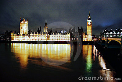Casas del parlamento en la noche Fotografía editorial