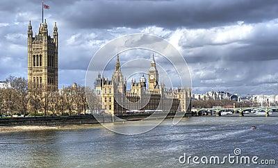 Casas do parlamento e de ben grande com Thames River