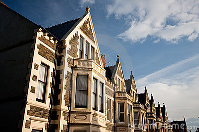 Casas inglesas típicas, céu azul.