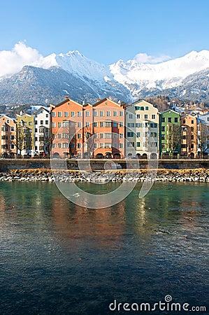 Casas na cidade histórica Innsbruck em Tirol Fotografia Editorial