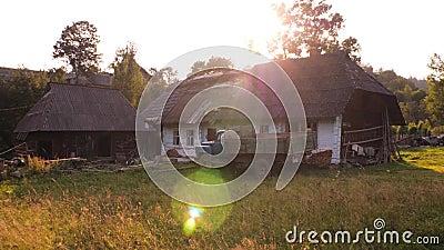 Casas rurais velhas, p?tio bonito Ucr?nia Carpathian Agregado familiar da vila com est?bulo e carro no jardim da frente naughty filme
