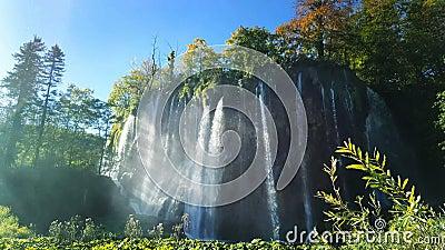 Cascada en Croacia en un día soleado almacen de video