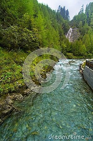 Cascade à écriture ligne par ligne et fleuve en Autriche
