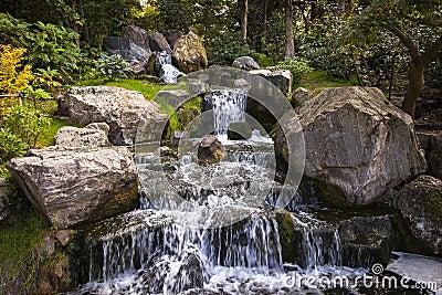 Cascade dans le jardin japonais londres photo stock for Cascade jardin japonais