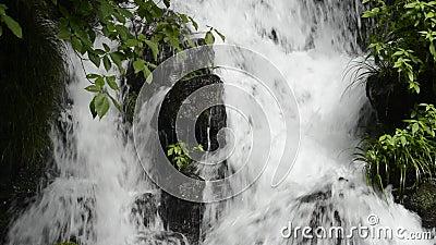 Cascade die onder stenen vallen stock videobeelden