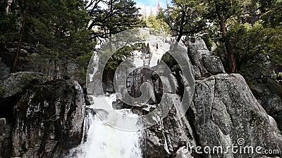 Cascata che precipita a cascata sopra il parco California di Yosemite della roccia del granito archivi video