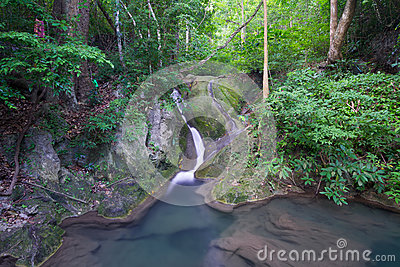 Cascata profonda della foresta (cascata di Erawan)