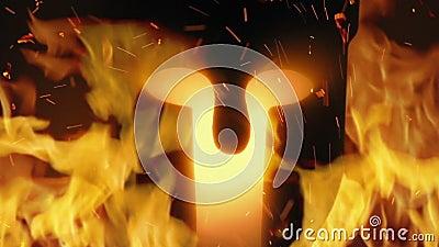Casco del antiguo guerrero en llamas almacen de metraje de vídeo