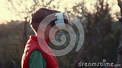 Casco della cuffia avricolare di realtà virtuale di uso del ragazzino archivi video