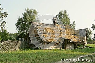 Case di legno antiche nel lato del paese immagini stock for Case di legno del paese del lago