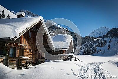 Case di legno in montagne lechtal austriache immagini for Case tradizionali italiane