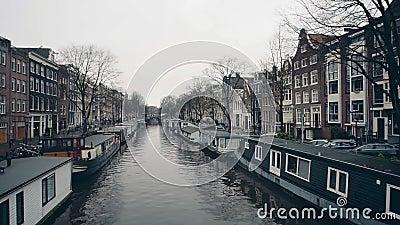 Case galleggianti tipiche lungo i embakments del canale della città a Amsterdam, Paesi Bassi stock footage