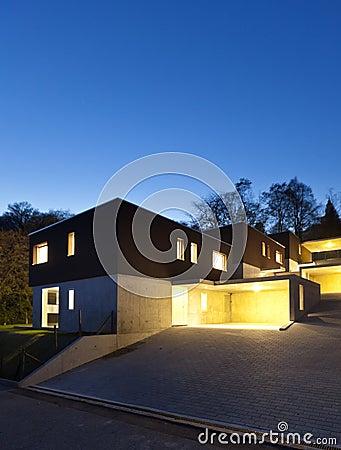 Case moderne esterne entro la notte fotografia stock for Case esterne moderne