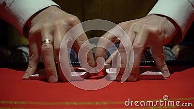 Casino, pook: De handelaar schuifelt de pookkaarten stock videobeelden