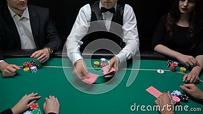 Casinohandelaar die en kaarten, spelers schuifelen verdelen die combinatie controleren stock video