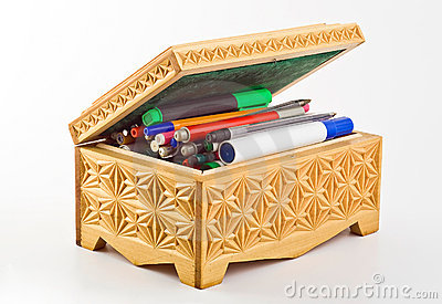 Casket filled with pens and felt-tip pens