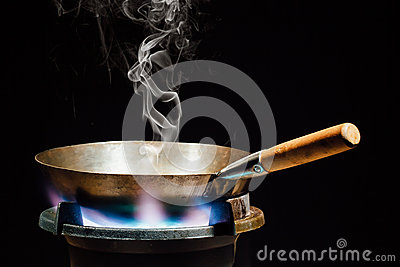 casserole chinoise de wok sur le br leur gaz du feu photo stock image 66560191. Black Bedroom Furniture Sets. Home Design Ideas