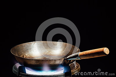 casserole chinoise de wok sur le br leur gaz du feu photo stock image 66560556. Black Bedroom Furniture Sets. Home Design Ideas