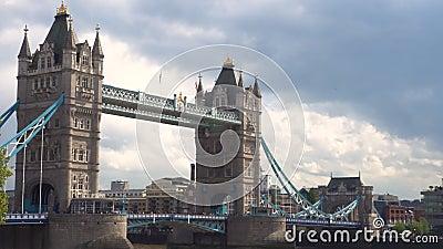 Casserole tir?e du pont de tour ? Londres, Angleterre banque de vidéos