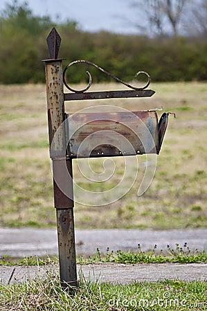 Cassetta postale obsoleta diventante dello snail mail
