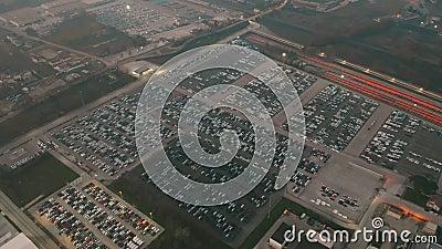 CASSINO, ITÁLIA - 28 DE DEZEMBRO DE 2018 Vista aérea de FCA Itália S P A Armazenamento novo dos carros da planta automotivo de Ca video estoque