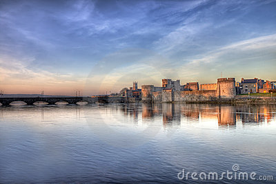 Castello del re John al tramonto in limerick, Irlanda.