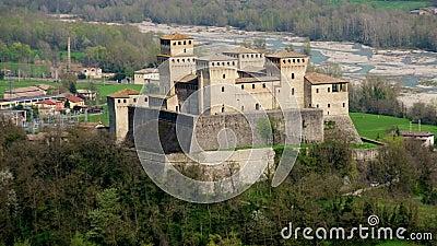 Castello di Torrechiara in Parma - Emilia Romagna - Italien - Luftpanoramaverschieben von italienischen Schlössern stock video