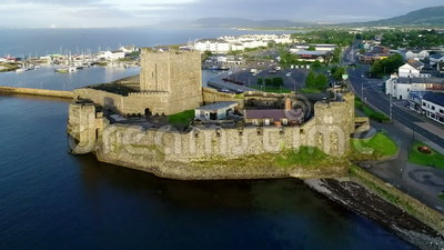 Castello e porticciolo normanni in Carrickfergus vicino a Belfast, Irlanda del Nord, Regno Unito video d archivio