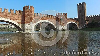 Castelvecchio-Brücke in Verona, Italien stock video footage