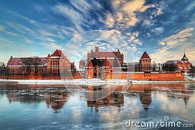 Castillo en Malbork con la reflexión del invierno