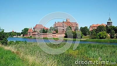 Castillo Teutonic en Malbork o Marienburg en verano en Polonia almacen de video