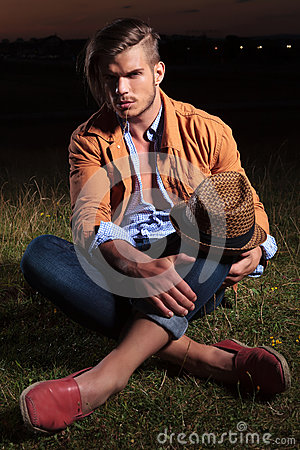 Free Casual Man Sitting With Hat On Knee Royalty Free Stock Photos - 33658908