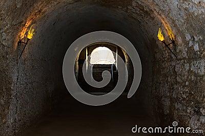 Catacomben van de oude kasteel verlichte toortsen