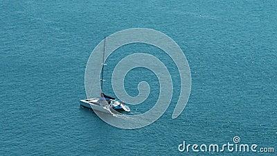 Catamaranzeilboot die op open blauwe/turkooise oceaan varen - 30p 4k stock videobeelden