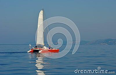 Catamarán de la navegación en el mar jónico Imagen de archivo editorial
