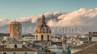 Catania cityscape med tanke på vulkanen Etna på Sicilien, Italien Tiden förfaller stock video
